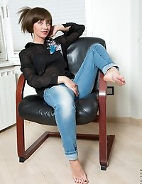 Amateur MILF in jeans and sexy bra posing great