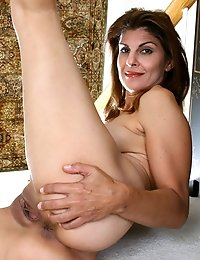 Anilos cougar Monique spreads her legs wide and plunges her experienced finger deep in her pussy