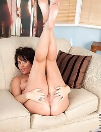 Milf Leah shows us her tits and spreads her legs exposing her pussy