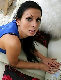 Black haired milf shows off her tight juicy ass